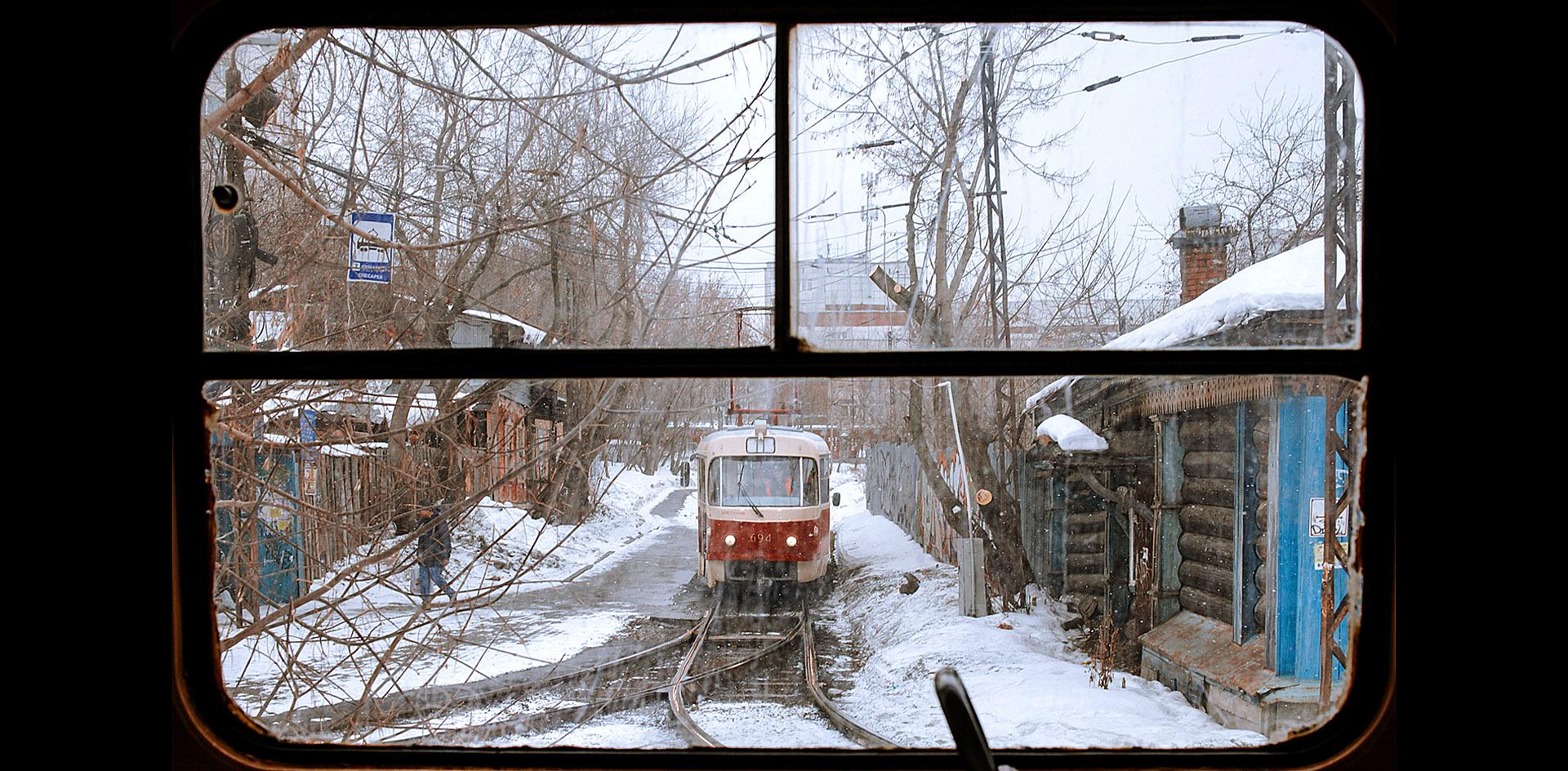 Трамвай съезжает с рельсов