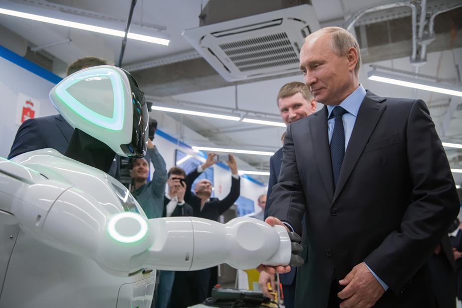 Президент России Владимир Путин знакомится с роботом Promobot во время посещения пермского АО «ЭР-Телеком Холдинг».