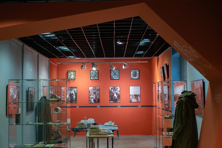 Экспозиция выставки, посвящённой вере во время войны