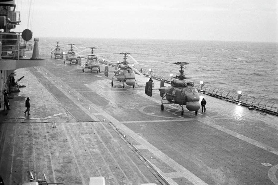 Вертолеты Ка-25 на палубе противолодочного крейсера