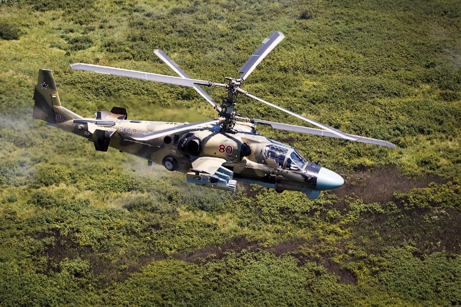 Вертолёт Ка-52 «Аллигатор» во время учебно-тренировочных полётов
