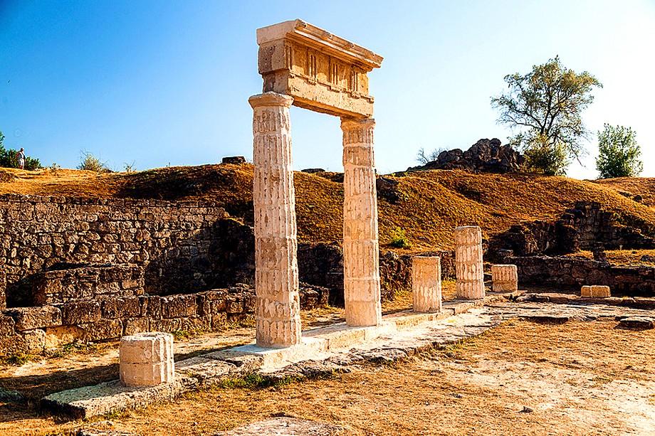 Колонны храма в древнем городе Пантикапей