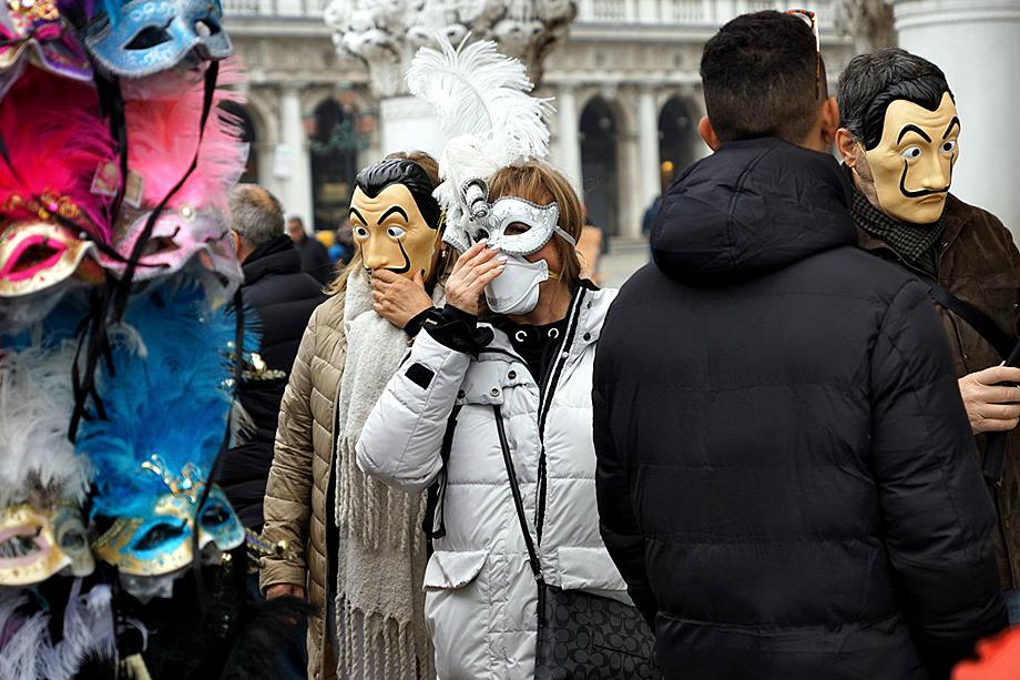 Туристы в медицинских и карнавальных масках на Площади Святого Марка