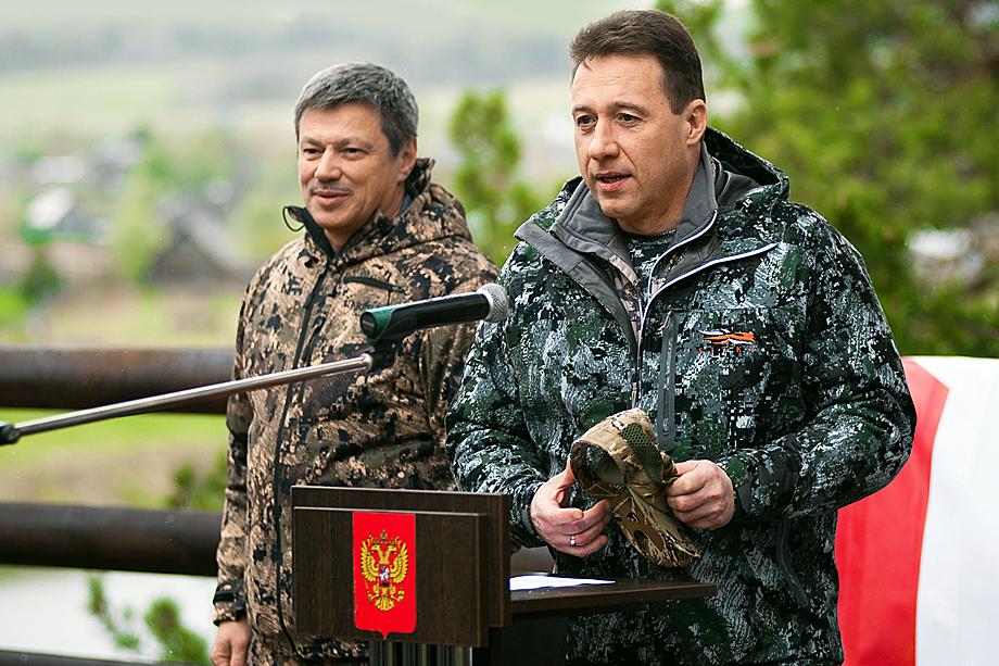 Андрей Ветлужских (на заднем плане) во время традиционного сплава по реке Чусовой движения «В защиту человека труда»
