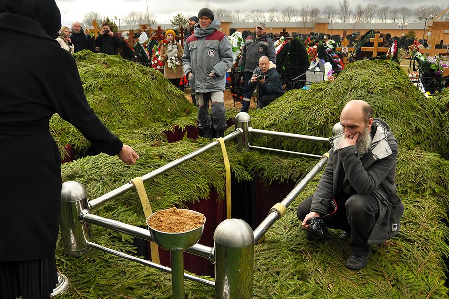 Анатолий Тишин у могилы своего вождя. Он старый партийный товарищ