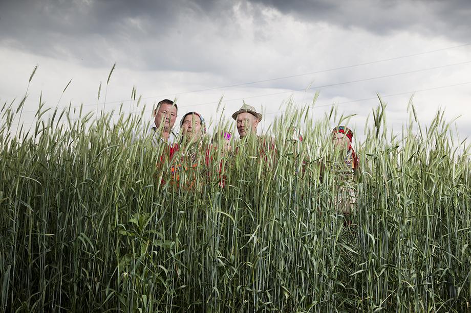 Жители деревни Сарсы, крайний слева Владимир Айметов. 2017 год