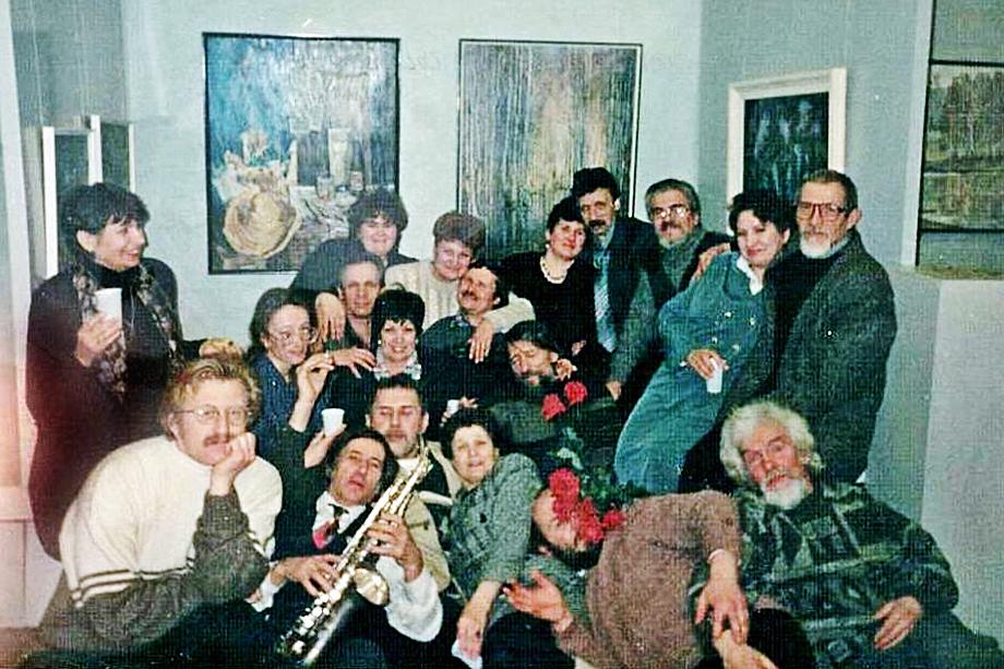 Николай Грачиков (в нижнем ряду крайний слева) и преподаватели худграфа