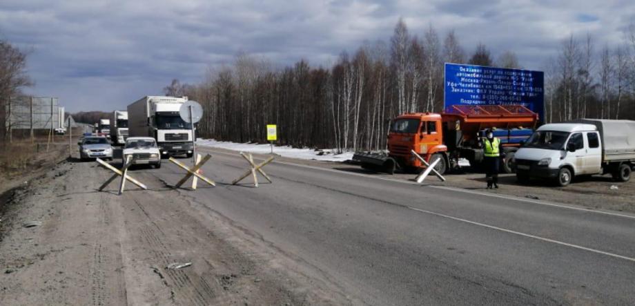 ДПС на границе Челябинской области организовали реверсивное движение, проезжая часть сужена до одной полосы