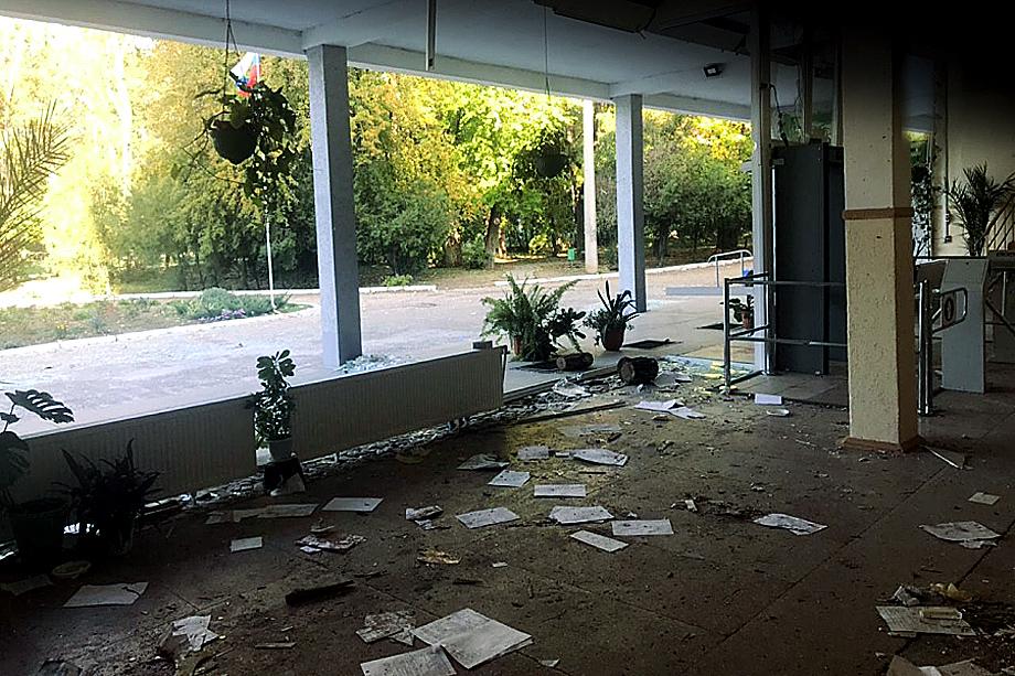 Главный вход в керченский колледж после трагических событий 2018-го
