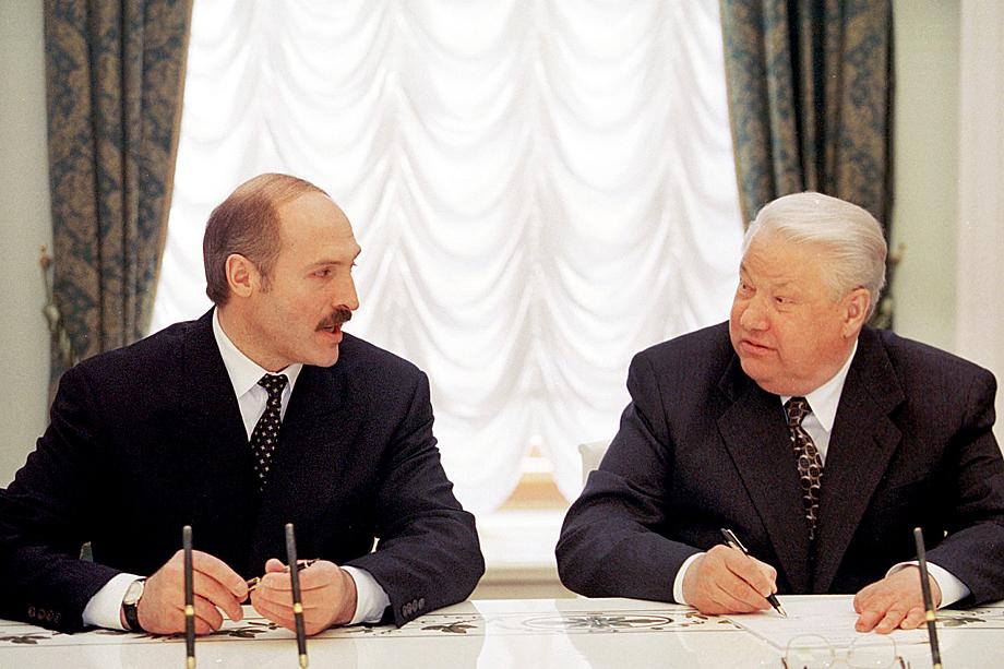 Борис Ельцин и Александр Лукашенко подписывают документы о создании российско-белорусского союза. 1999 год