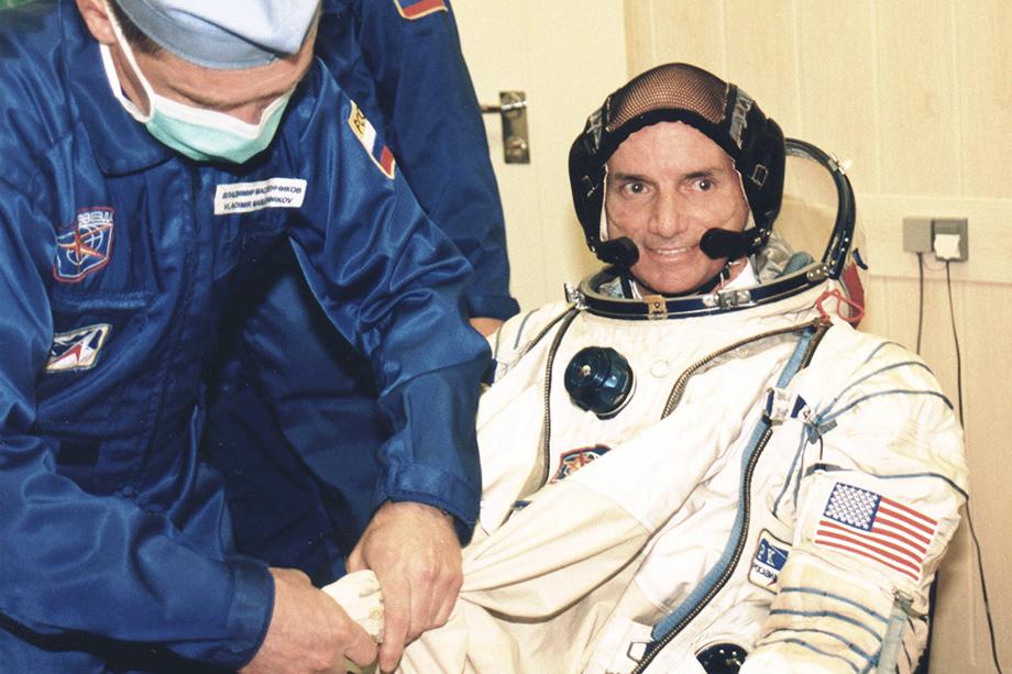 Деннис Тито, первый космический турист, во время подготовки к полёту на космодроме Байконур. 2001 год