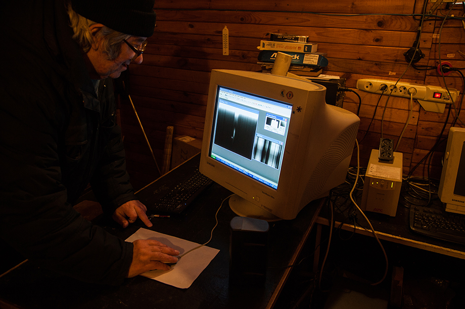 Александр Калинин анализирует данные, полученные при помощи солнечного телескопа