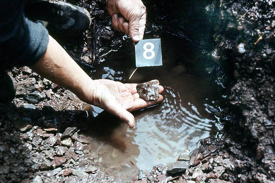 Экспедиция к месту падения метеорита Чинге. Фрагмент № 8 извлечён из вечной мерзлоты. Тыва. 1986 год