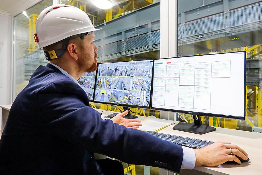 Уже реально существующая «умная каска» позволяет в режиме реального времени получать информацию о местоположении сотрудника и оперативно реагировать на внештатные ситуации