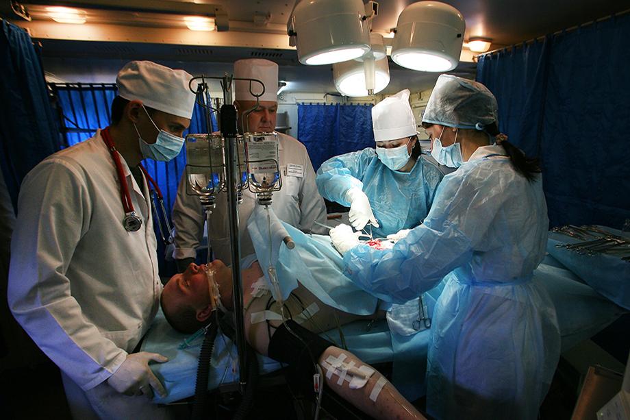 Специалисты военных госпиталей проходят экстренное обучение по работе с больными коронавирусом.