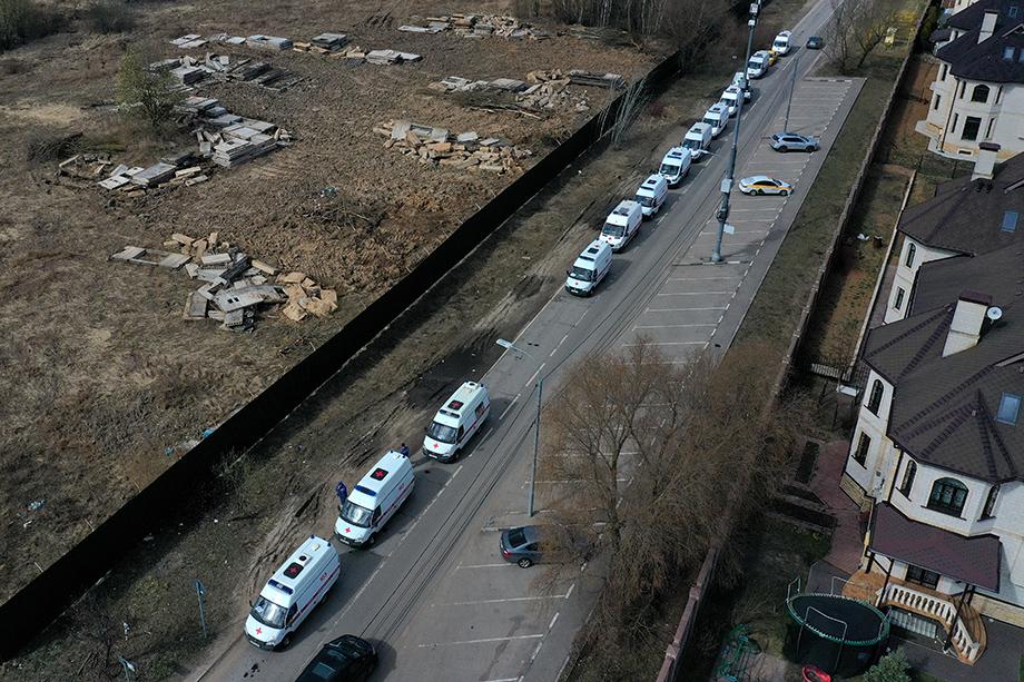 В конце прошлой недели в Москве и области появились гигантские очереди из скорых на въезде в приёмные покои.
