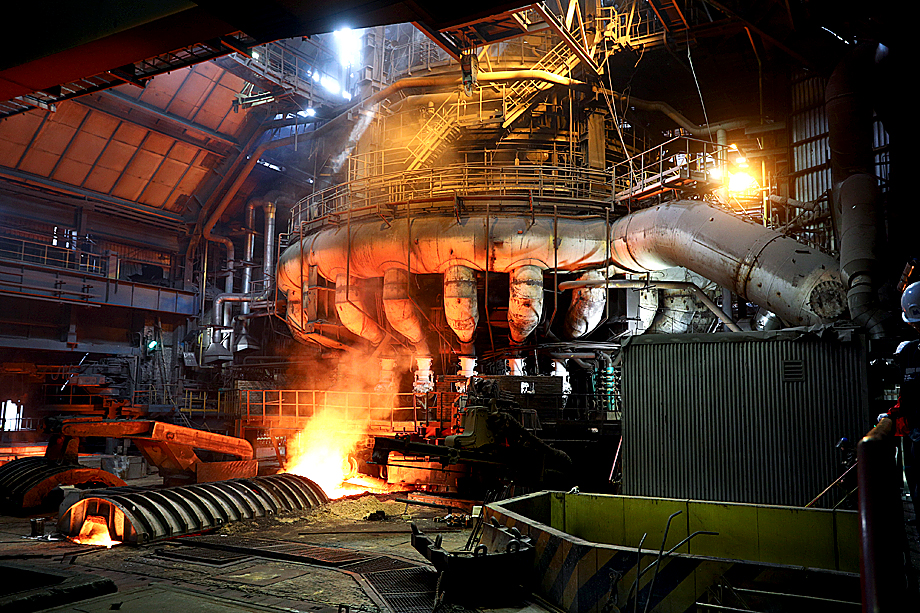 Крупные промышленные предприятия пока продолжают работу, но международные связи и цепочки уже рвутся.