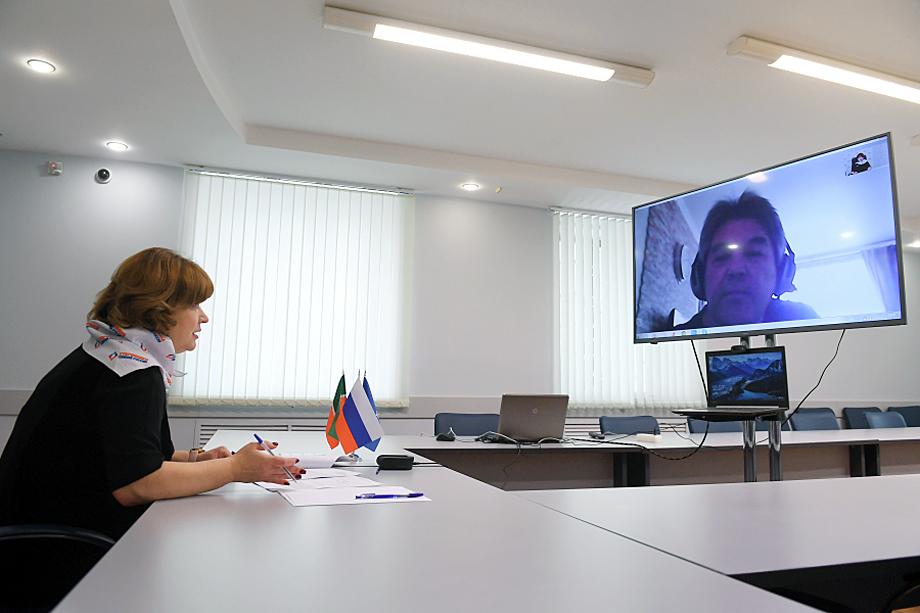 Встречи и обсуждения даже на рабочем месте проходят онлайн.