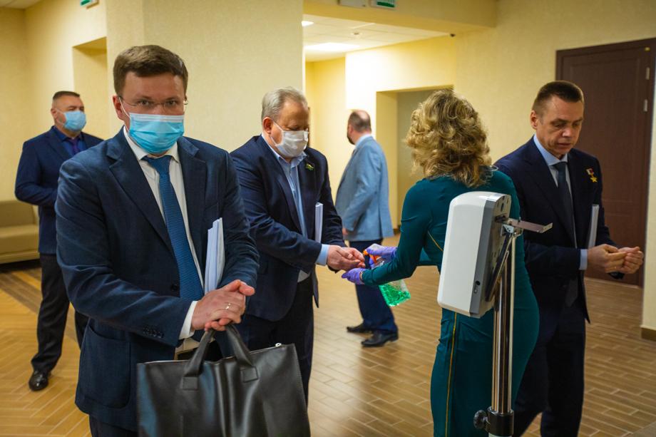 При входе в зал заседаний депутаты обрабатывали руки антисептиком.