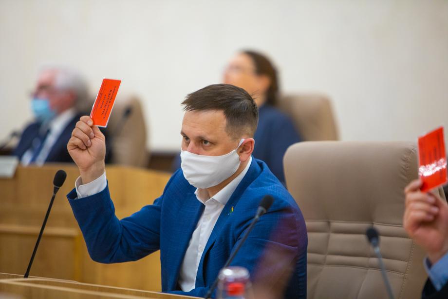 Депутаты пришли на заседания в масках.
