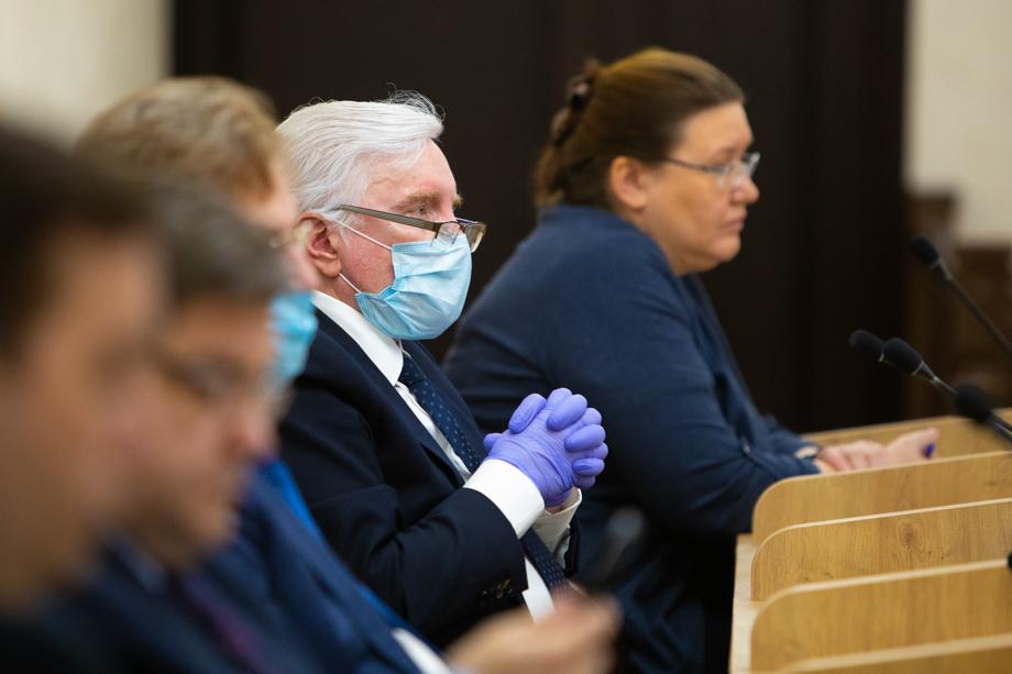На собрании депутаты могли воспользоваться защитными масками, антисептиками и перчатками.