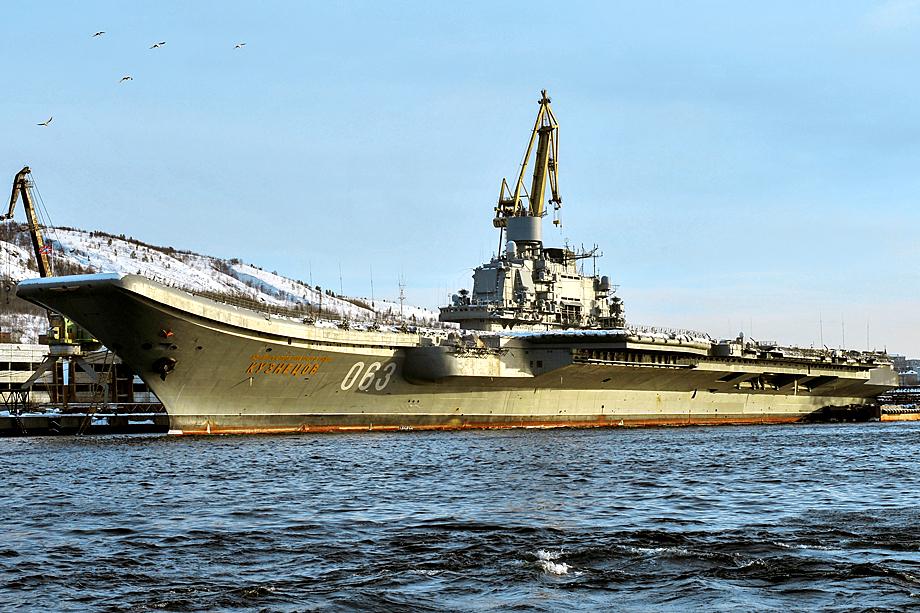 «Адмирал Кузнецов» во время ремонтных работ на 35-м судоремонтном заводе ОСК.