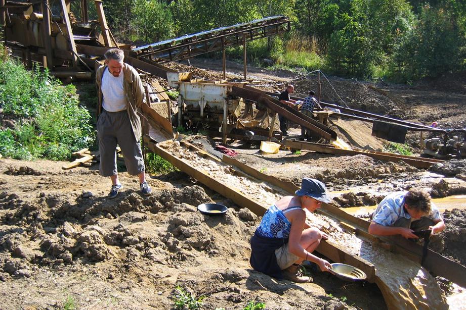 Старейшие и самые богатые месторождения знаменитых уральских демантоидов находятся в Свердловской и Челябинской областях.