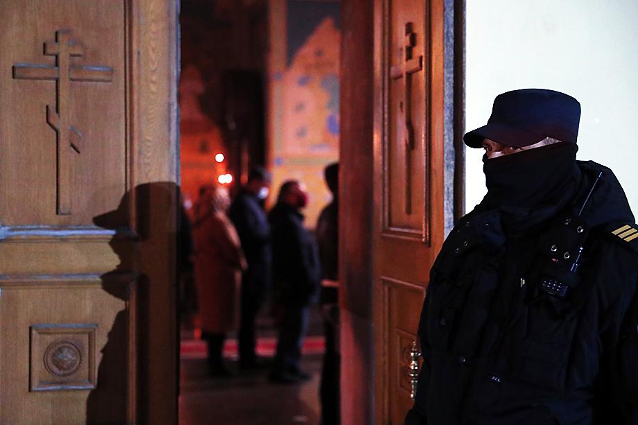 В главный святой праздник верующих на подходах к храмам встречали представители правоохранительных органов.