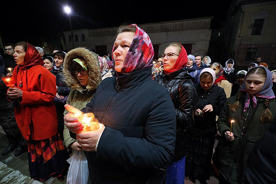 В некоторых регионах верующих всё-таки пустили в храмы на ночное пасхальное богослужение. Ивановская область.