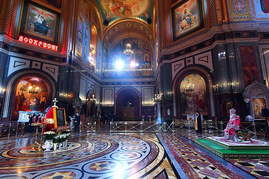 В главном храме России патриарх Московский и всея Руси Кирилл провёл праздничную службу почти в одиночестве.