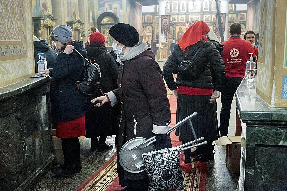 Верующие собираются на пасхальную службу.