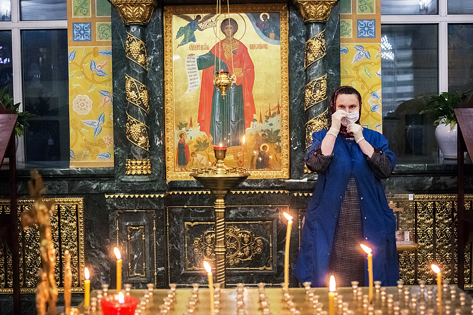 Служительница Свято-Троицкого кафедрального собора.