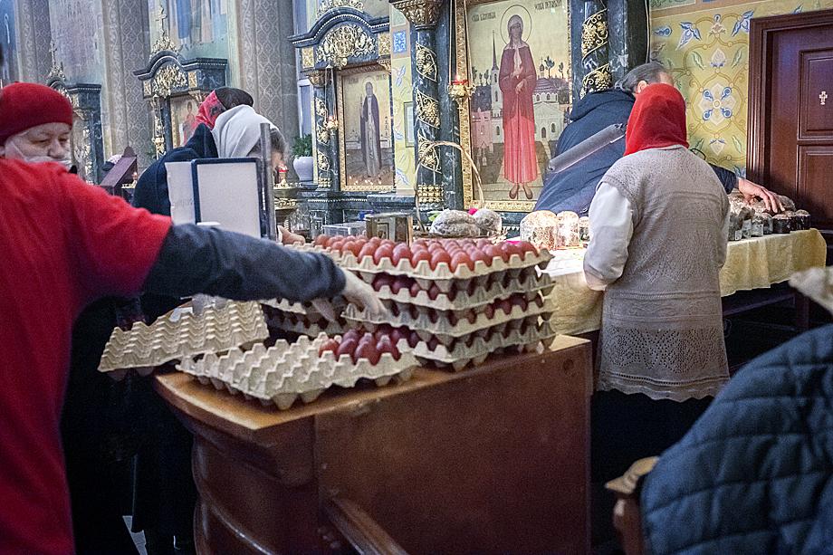 Волонтёры православной службы милосердия дарят прихожанам освещённые пасхальные яйца после праздничной службы.