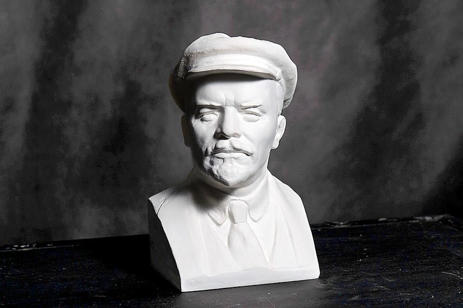 Холстом для новых полотен художников стал гипсовый бюст Ленина.