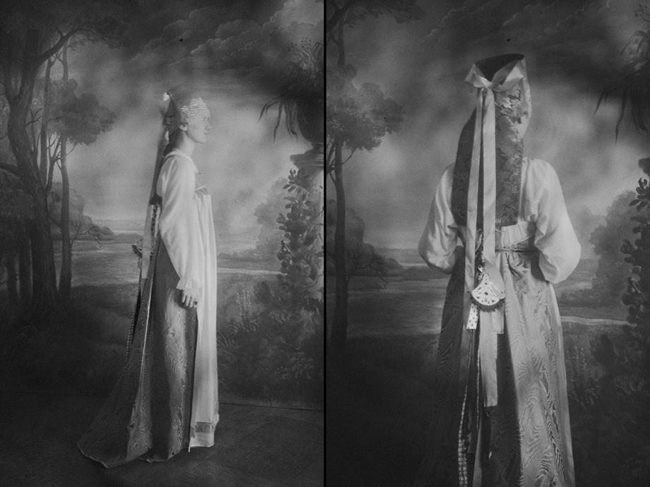 К концу XIX века силуэт уральских сарафанов изменяется.
