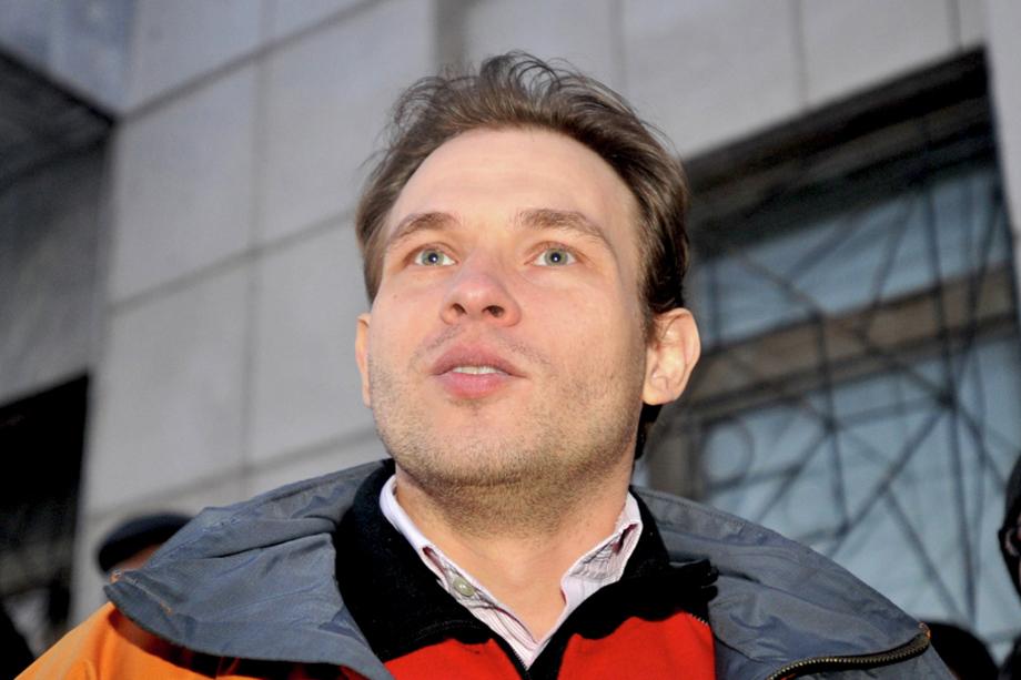 Депутат городской думы Максим Петлин общается с журналистами возле Октябрьского районного суда Екатеринбурга. 2011 год.