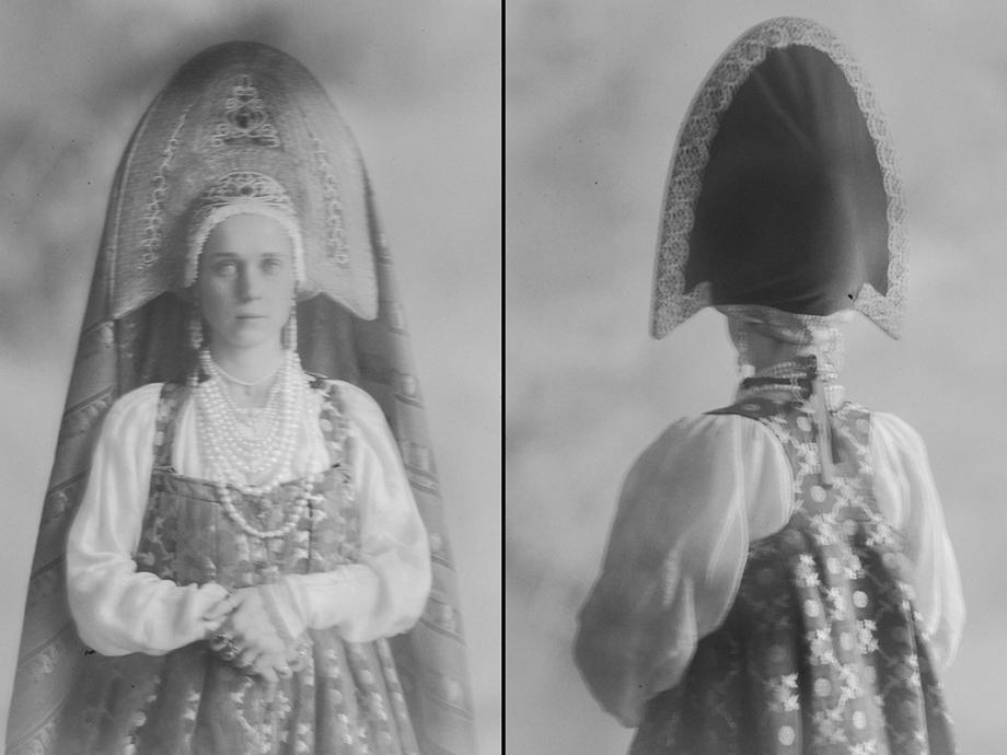 Несмотря на архаичность кроя, ткани сарафана подбирались в соответствии с эпохой, будь то ампир или классицизм.
