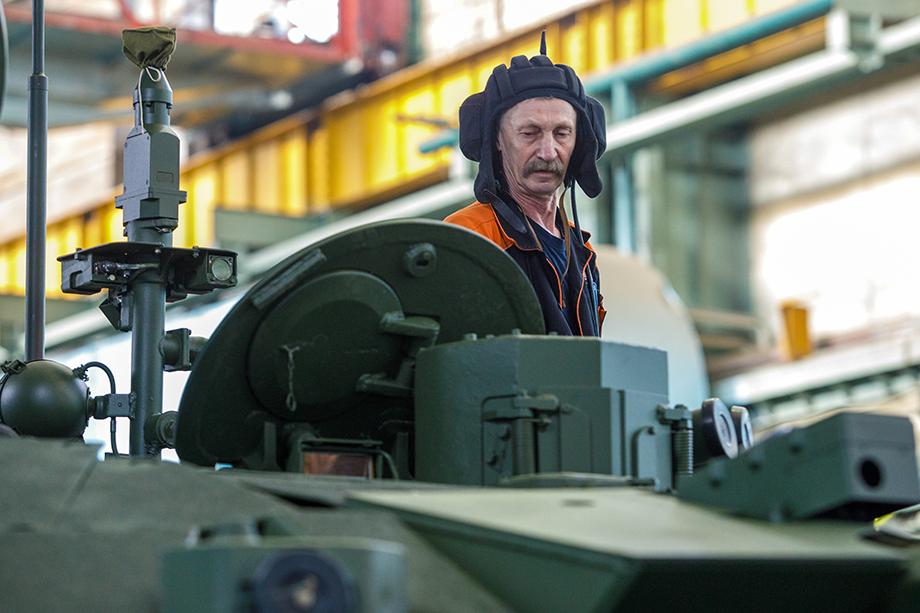Подготовка танков Т-90М «Прорыв» к военному параду на Красной площади на заводе корпорации «Уралвагонзавод».