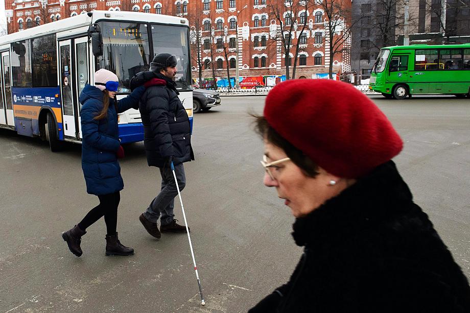 Двухметровый Олег движется по улице, как ледокол.
