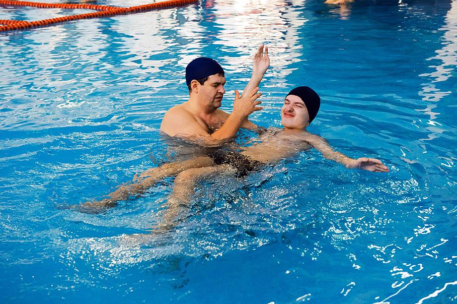 Войцеховский обучает подводному плаванию на собственном дыхании в качестве терапии психологического восстановления.