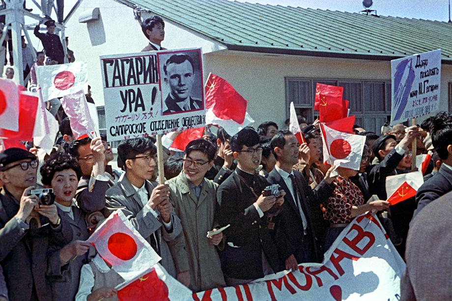 Японцы чествуют Гагарина. Так и состоялась легендарная «встреча» двух героев.