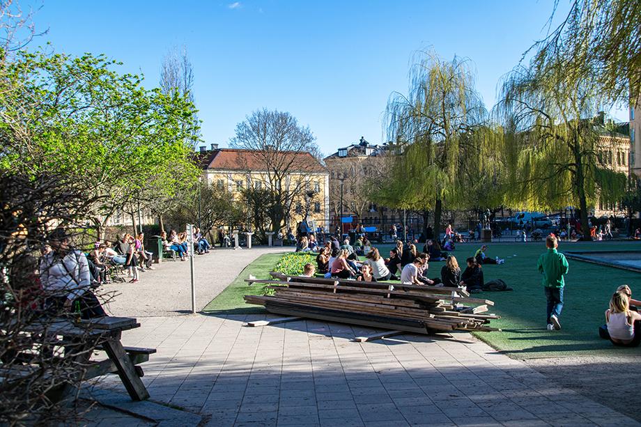 В ситуации всемирной истерии по поводу коронавируса шведы чувствуют себя вполне расслабленно. Площадь Nytorget в Сёдермальме, Стокгольм. 21 апреля 2020 года.