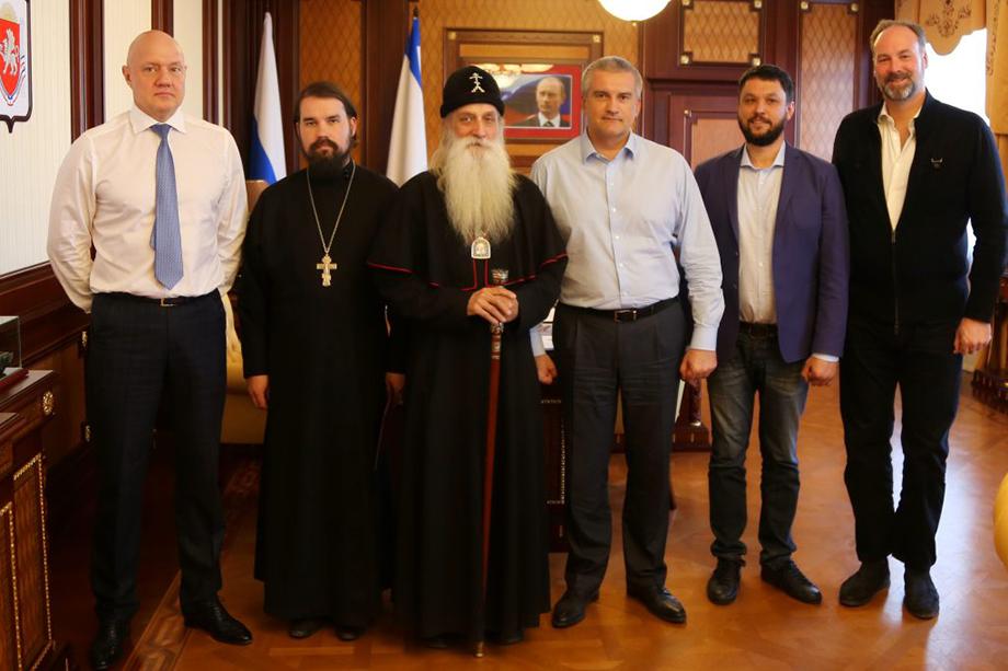 Роберт Стабблбайн (крайний справа) на встрече главы республики Сергея Аксёнова (третий справа) и митрополита-старообрядца Корнилия (третий слева).