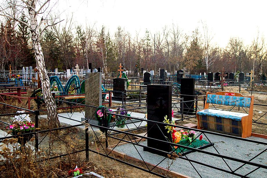 Посещение покойных родственников иногда напоминает поход в гости. С угощением и посиделками.