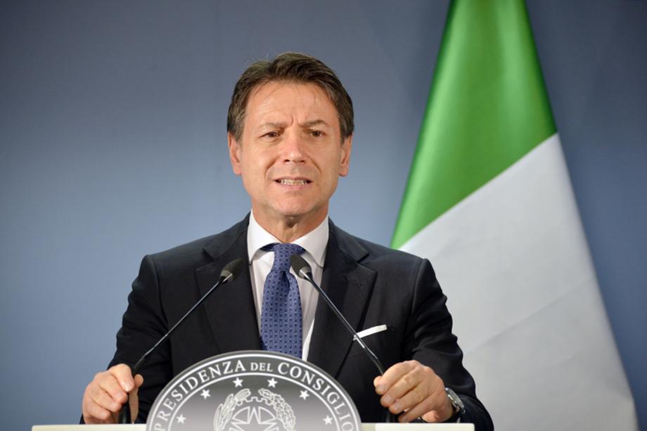 Председатель совета министров Италии Джузеппе Конте, озвучивший новый декрет о мерах безопасности, немедленно подвергся жёсткой критике со стороны простых итальянцев.