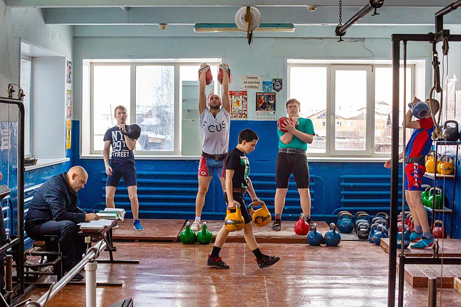 Занятия в секции гиревого спорта в Пышме.