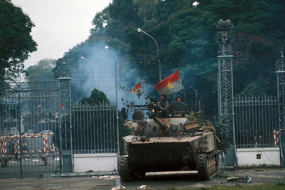 Падение Сайгона. Северовьетнамский броневик въезжает на территорию президентского дворца. 30 апреля 1975 года.