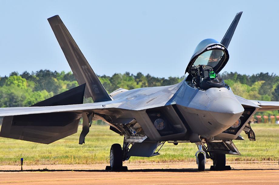 Обучение военного пилота боевым вылетам на F-22 оценивается в 10 миллионов долларов США.