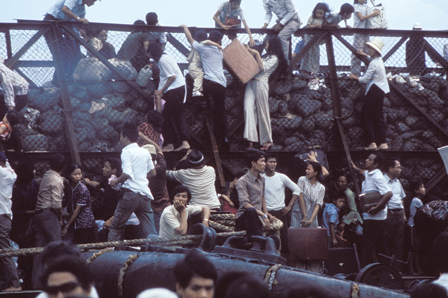 Отчаявшиеся южновьетнамские жители пытаются сбежать от наступающих северовьетнамских войск. Сайгон.