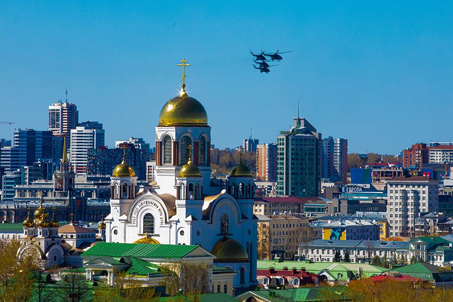 В пролёте участвовал крупнейший в мире серийный транспортный вертолёт Ми-26.